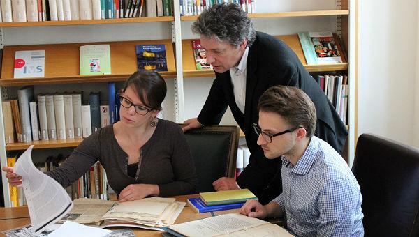 Archivleiter Alfred Esser mit den Studenten