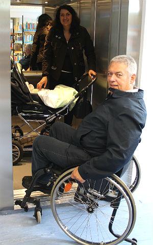 Ajten Emini mit Ihrem Sohn im Kinderwagen und Rollstuhlfahrer Wilbert G. Schmidt