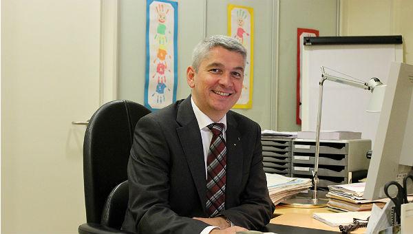 Lutz Urbach an seinem Schreibtisch
