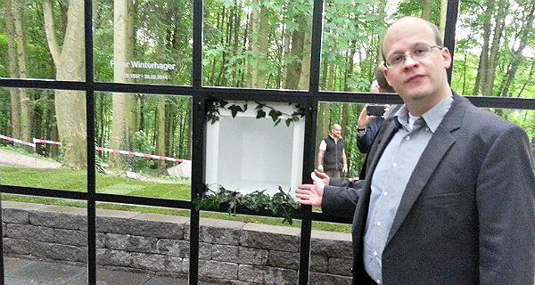 David Roth zeigt eine der Urnenkammer unter der Spiegelhaut