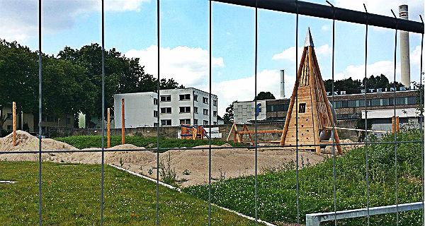 Der neue Spielplatz auf dem Regenrückhaltebecken nimmt Formen an