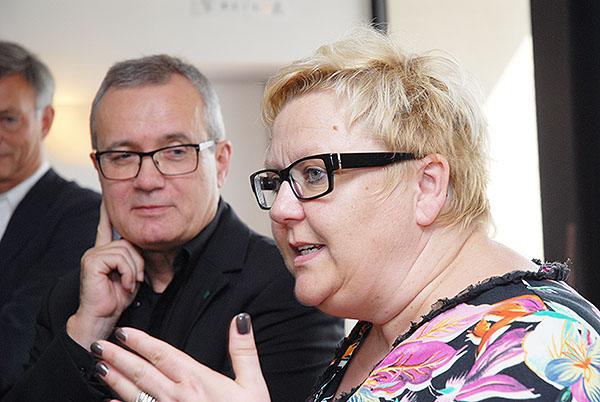 Bernd Martmann und Beate Schlich erläutern die Pläne.