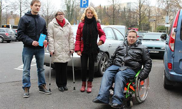 Hildegard Allelein (2.v.l.) wirbt für Rücksicht auf Behinderte beim Parken (Archivfoto)