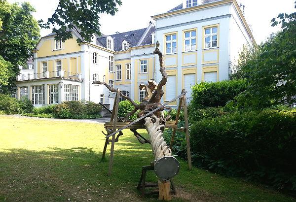 Der Hängeschnurbaum in seinem Zwischendomizil, dem Park des Kulturhauses Zanders