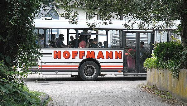 Flüchtlinge in der Erstaufnahme Bergisch Gladbach: Per Bus wurden die Flüchtlinge aus Dortmund nach Sand gebracht.