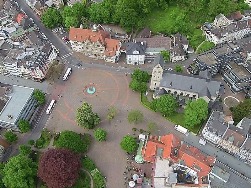 Bergisch Gladbachs aufgeräumter Marktplatz - mit Rathaus und St. Laurentius. Foto: Stefan Krill