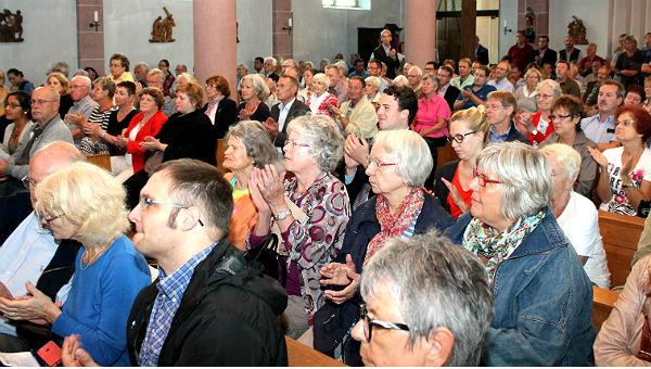 Volle Kirche, aufmerksame Zuhörer: St. Severin in Sand. Fotos: Martin Rölen
