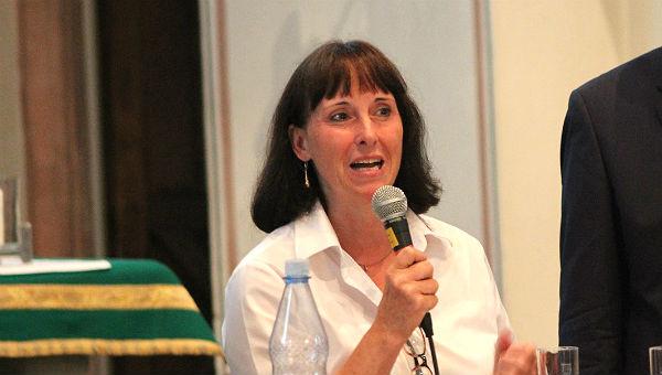 """Ingeborg Schmidt überbringt eine Frage """"ihrer Flüchtlinge"""". Und löst Ratlosigkeit aus. Zunächst."""