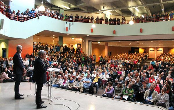 Lutz Urbach vor dem gut gefüllten Auditorium der IGP