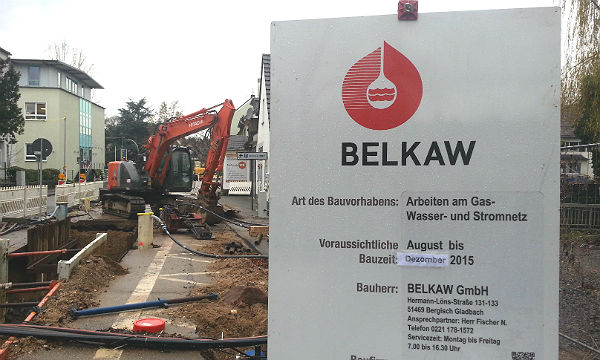 Das Baustellenschild der Belkaw auf der Odenthaler Straße