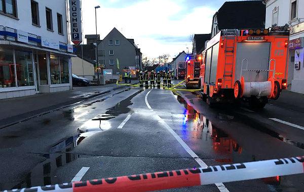 Explosionsgefahr: Am frühen Morgen wurde die Bensberger Straße komplett gesperrt.