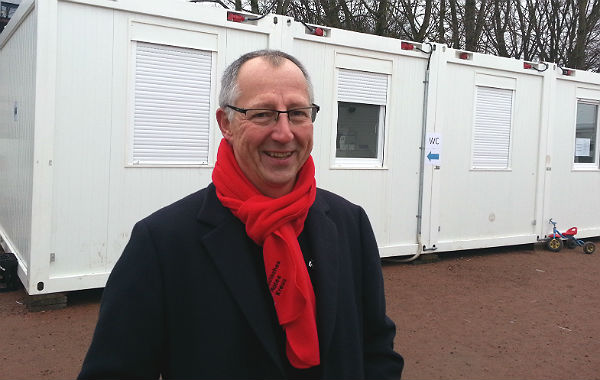 DRK-Geschäftsführer Reinold Festl vor den Bürocontainern in Katterbach