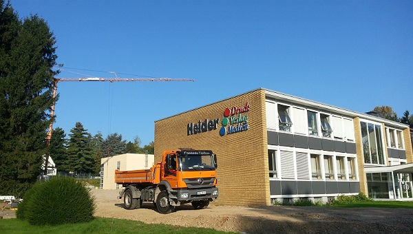 Bauarbeiten am Unternehmenssitz an der Paffrather Straße. 2014 wurde eine neue Halle gebaut