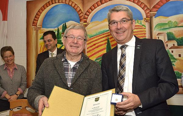 Dieter Müller erhält die Ehrennadel von Bürgermeister Lutz Urbach