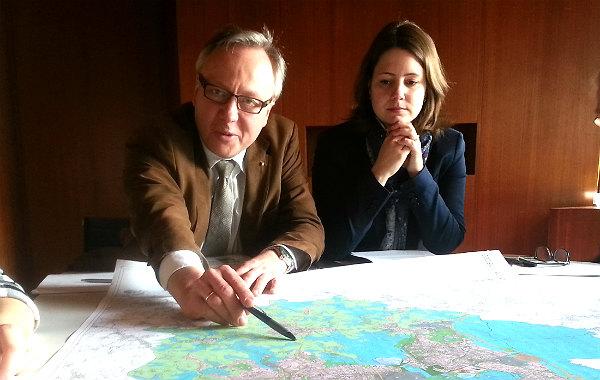 Baurat Stephan Schmickler und Stadtplanerin Wibke Krause erläutern den Flächennutzungsplan der Stadt Bergisch Gladbach
