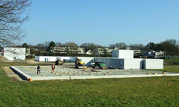 In Paffrath sind die Fundamente für die L-Anlagen fertig, die Module stehen bereit