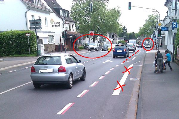 Ein sogenannter Schutzstreifen für Radfahrer in Schildgen. Rot markiert sind die Problembereiche