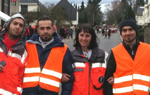 Ingeborg Schmidt mit Helfern beim Dienst im Straßenkarneval. DRK, Bergisch Gladbach