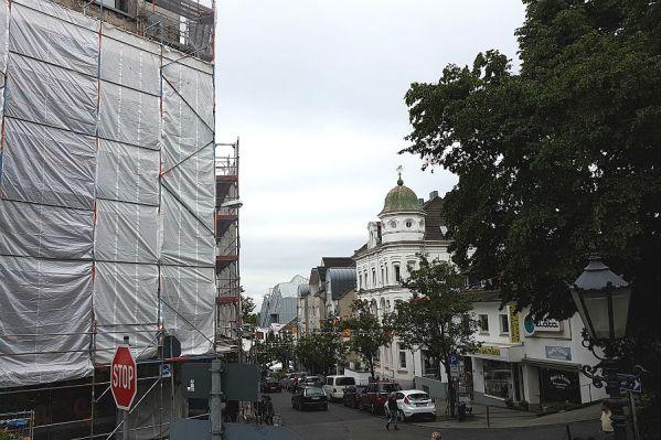 Die Schlossstraße von oben: links der Weißenberger-Bau, hinten rechts das neue Osebold-Haus