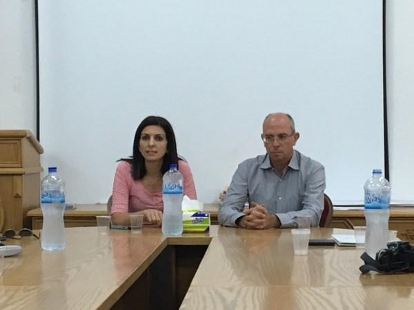 Interims-Bürgermeister William Sha'er mit seiner Assistentin Suzan Qatar Zaidan
