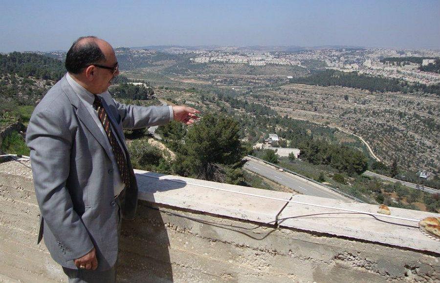 Nael Salman, ehemals Bürgermeister und heute Ratsmitglied in Beit Jala, zeigt, wo die neuen Wohneinheiten entstehen sollen