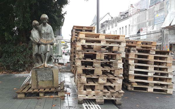 Die Leser, von Gustav Lübbe der Stadtbücherei gestiftet, suchen noch ein Plätzchen.