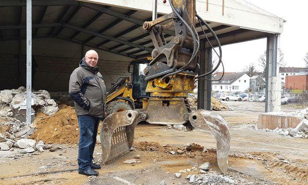 Willi Carl, Leiter der Entsorgungsdienste, erläutert die Planung für den neuen Wertstoffhof Bergisch Gladbach