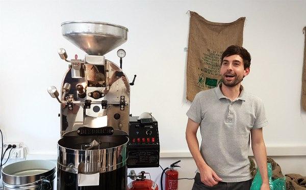 Lennart Altscher mit seinem Kaffeeröster