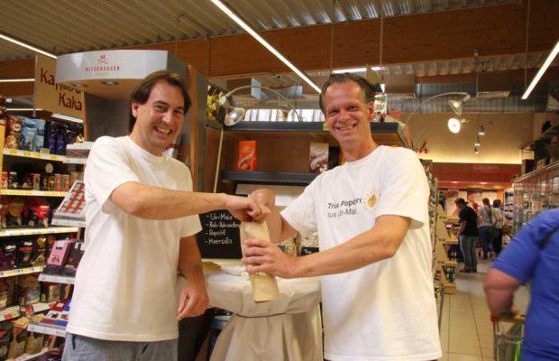 """Sascha Hojzakowa und Uwe Meis aus Bergisch Gladbach haben """"True Popcorn"""" auf den Markt gebracht. Foto: Sven Schlickowey"""