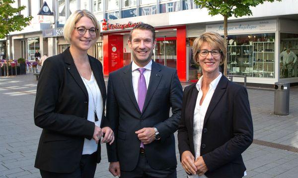 Oliver Engelbertz, Regionalvorstand Rhein-Berg, stellt Christiane Bechem (links) als neue Regionaldirektorin und Nachfolgerin von Tessa Hahn vor