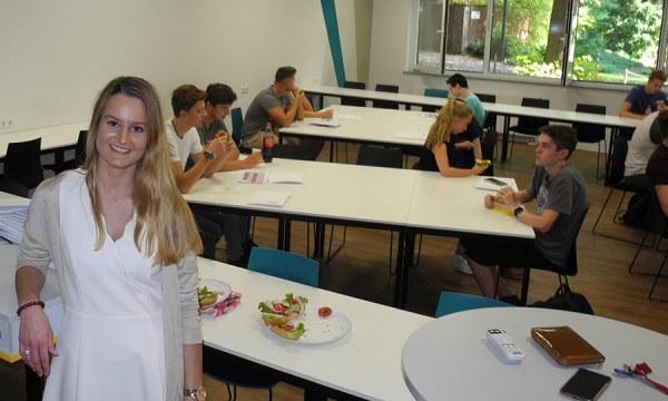 Nadja Cornelius vom Career Service der FHDW in Bergisch Gladbach begleitete die Schnupperstudierenden zwei Tage lang. Foto: Klaus Pehle