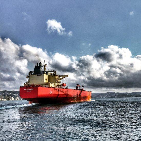 cargo-ship-on-the-sea-672460