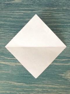 折り紙を4分の1の大きさに切って対角線で折る