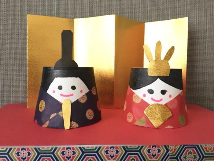 ひな壇に飾られた雛人形