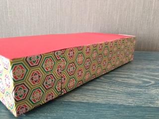 箱に千代紙を貼る