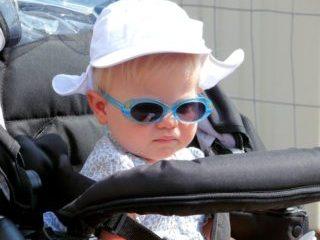 ベビーカーに乗る子供