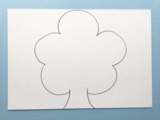 画用紙に桜の木の輪郭を描く