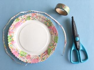 紙皿のふちをギザギザに切る