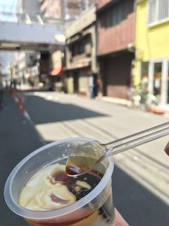 前田豆腐店のプレーンプリンに黒蜜をかけた画像