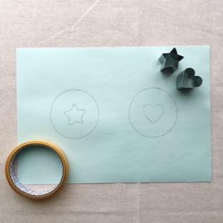 台紙にアイロンビーズ工作用の下絵を描く