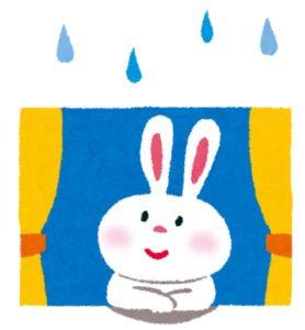 雨降りに窓の外を眺めるうさぎ
