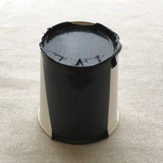 紙コップの側面にガムテープを貼っていく