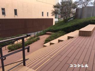 ステージの向こう側はベンチ兼階段