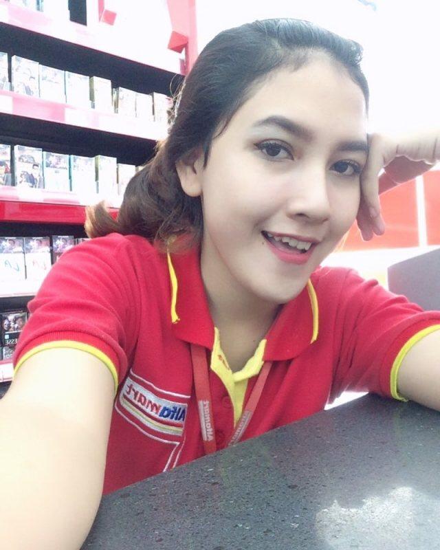 21568700 1684802551539418 2051349858870099968 n Wajahnya Cantik Seperti Model, Kasir Mini Market ini Jadi Viral, Lihat nih foto fotonya