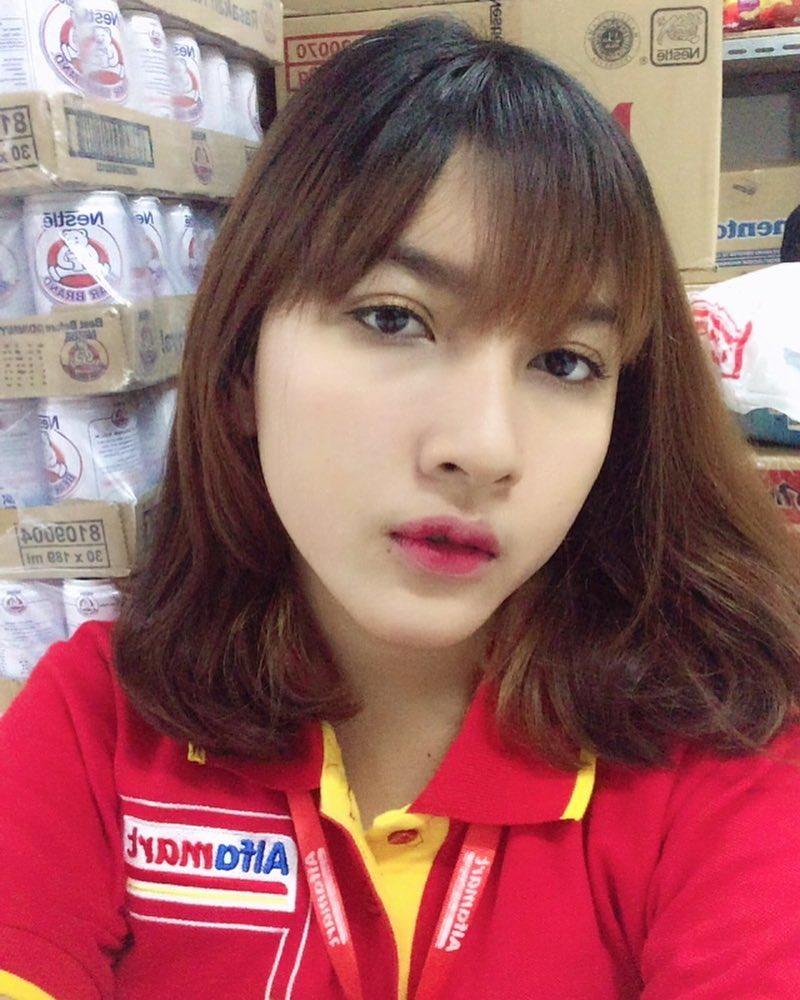 21827262 118233122213875 6680141851569160192 n Wajahnya Cantik Seperti Model, Kasir Mini Market ini Jadi Viral, Lihat nih foto fotonya