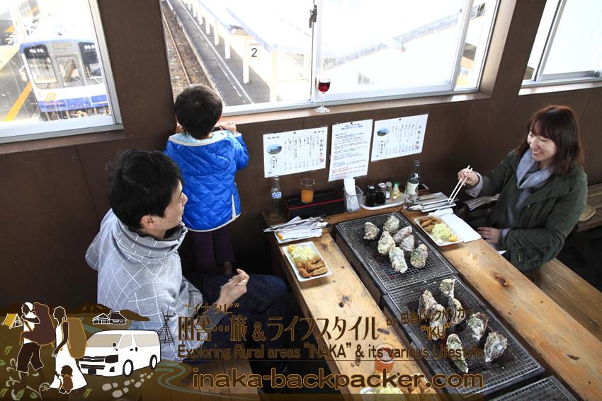「穴水駅ホームあつあつ亭」は、破格で牡蠣を振る舞うだけでない。穴水駅の2番・3番ホームへとつながる跨線橋(こせんきょう)の上で、電車を眺めながら牡蠣を食べることができる。