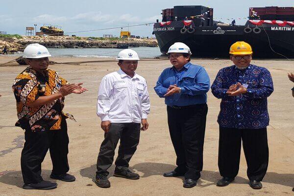Dok Pantai Lamongan Merampungkan Kapal Tongkang Baru