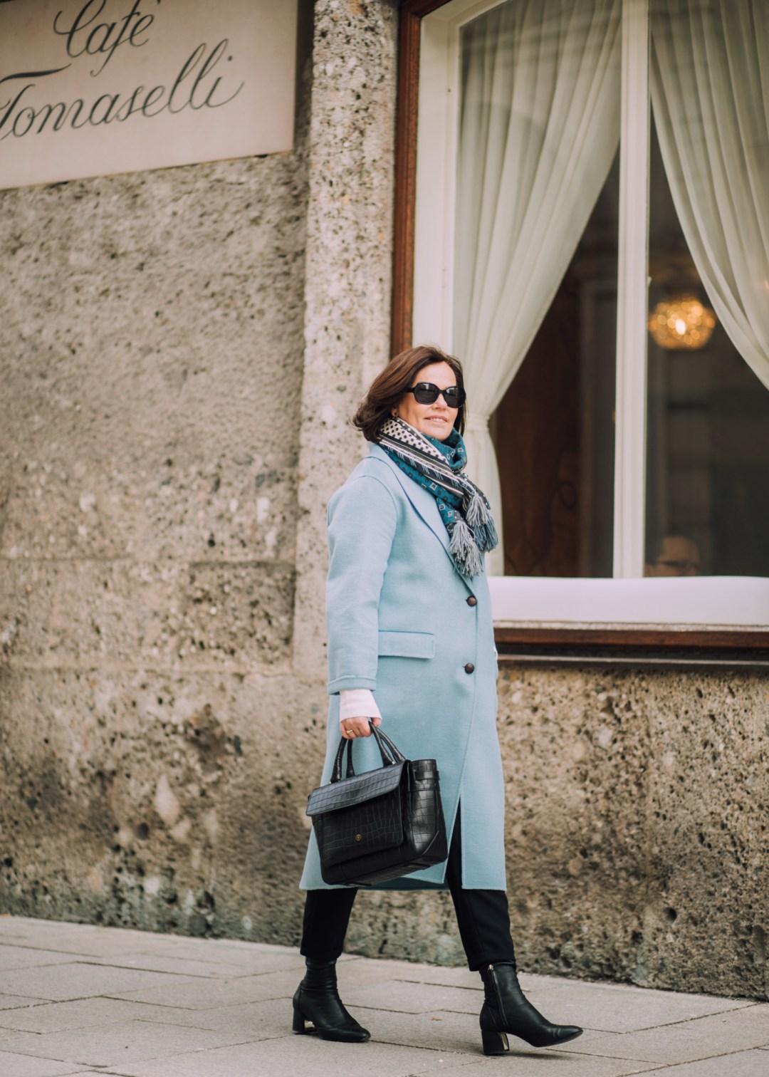 SONNTAGSKAFFEE Inastil, Maxwell Scott, Ü50Blog, Businesstasche, Salzburg, Modeblog, Styleover50, Stilberatung, Wintermode, Citymode, Wollmantel, blau,_-16