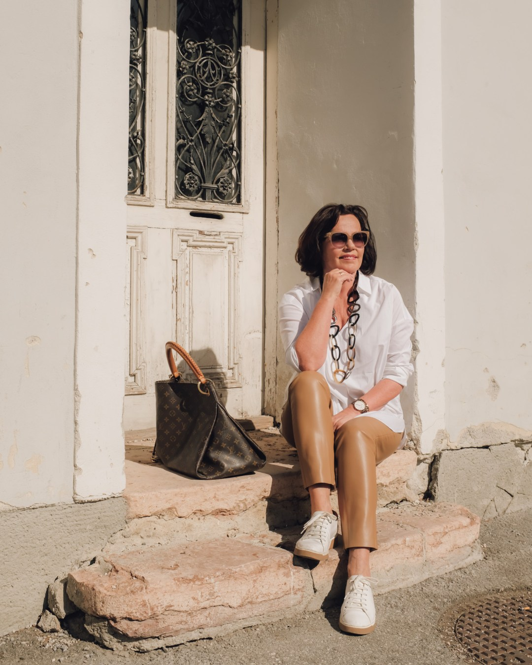 Inastil, Blazer, Lederhose, weiße Bluse, weiße Sneaker, Classystyle, Stilberatung, Modeberatung, Frühlingsmode, Ü50Mode, Styleover50, Hallein-10