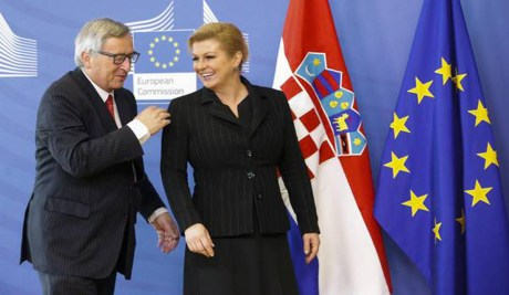 European Commission president  Jean-Claude Juncker welcomes  Croatian President Kolinda Grabar-Kitarovic (R)   prior to a meeting at the EU commission  headquarters in Brussels, Belgium, 30 April 2015.  Photo: EPA/Oliver Hoslet